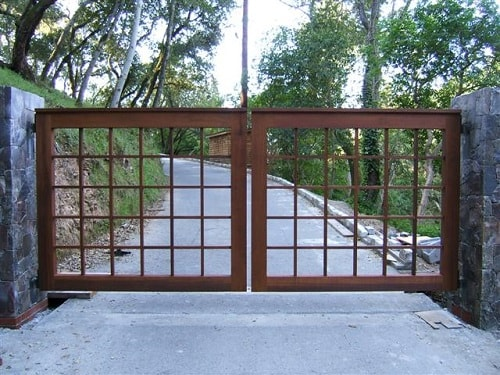 25+ Naturally Stunning Wooden Driveway Gate Design Ideas