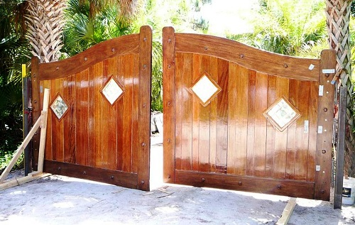 25 naturally stunning wooden driveway gate design ideas solutioingenieria Gallery