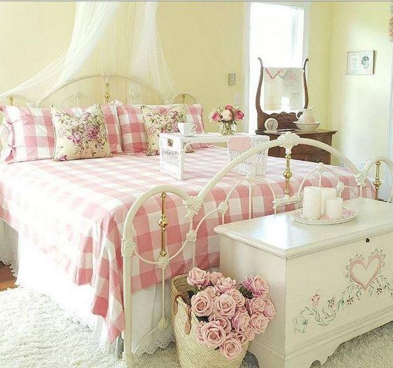 Shabby Chic Bedroom: Decorative Girly Decor