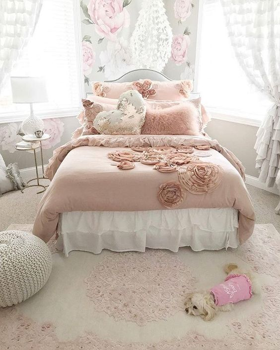 Shabby Chic Bedroom: Catchy Floral Decor