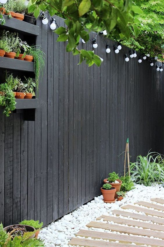 Vertical Backyard Ideas: Stylish Modern Fence