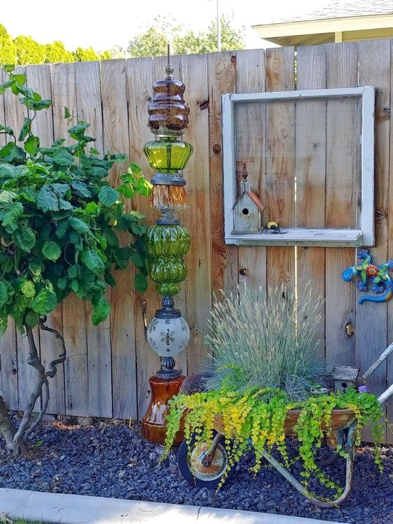 Vertical Backyard Ideas: Decorative Rustic Fence