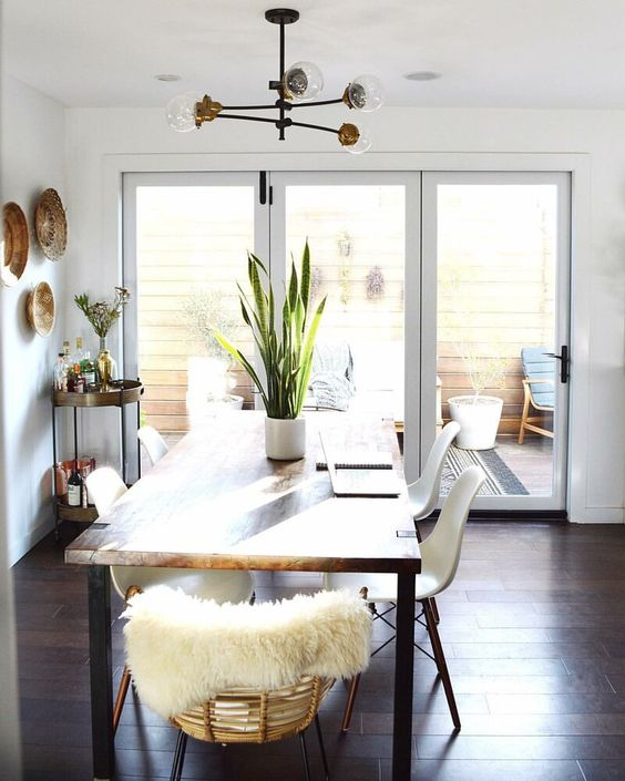 White Dining Room: Simple Airy Room