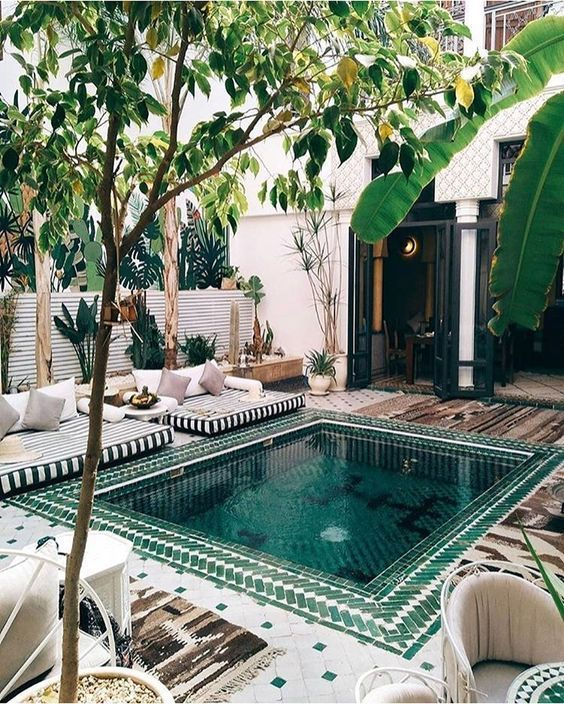 Backyard Swimming Pool: Catchy Festive Design