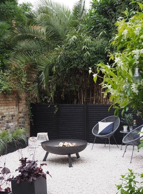 Black Fence Ideas: Chic Accent Fence