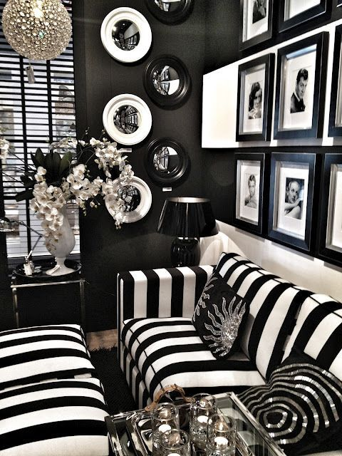 Black Living Room: Catchy Festive Decor
