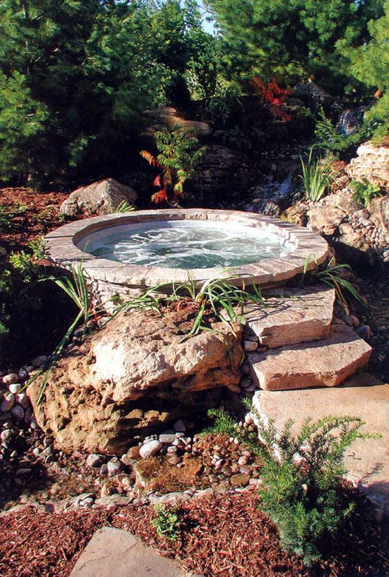 Natural Hot Tub: Gorgeous Round Design