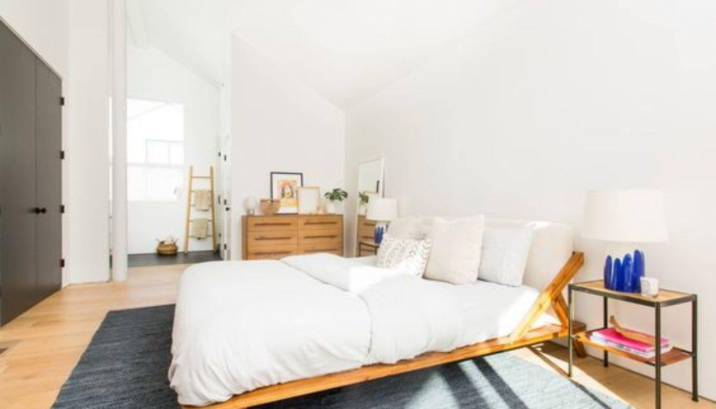 How to Arrange a Small Bedroom with a Queen Bed 3