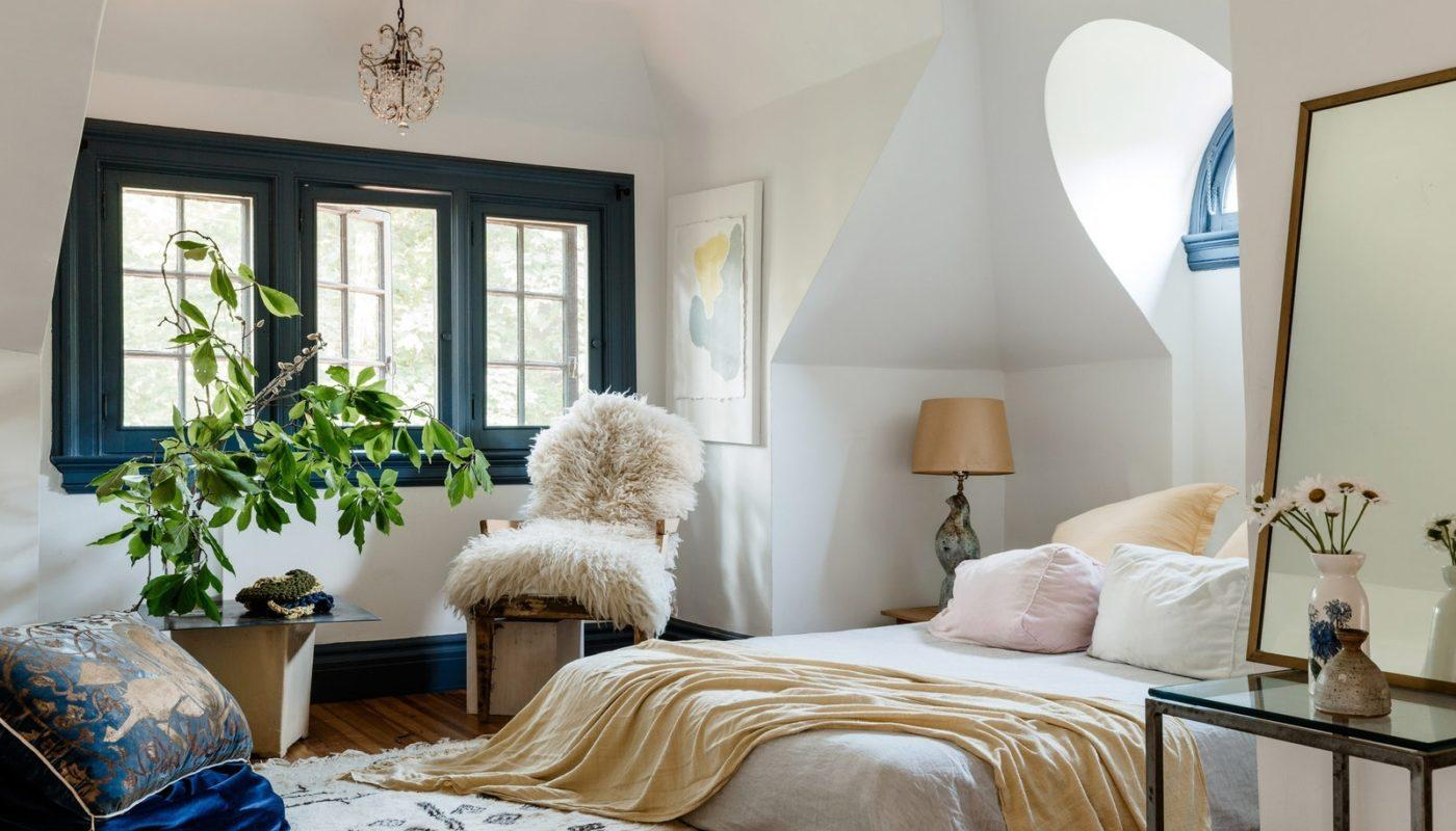 How to Arrange a Small Bedroom with a Queen Bed 4