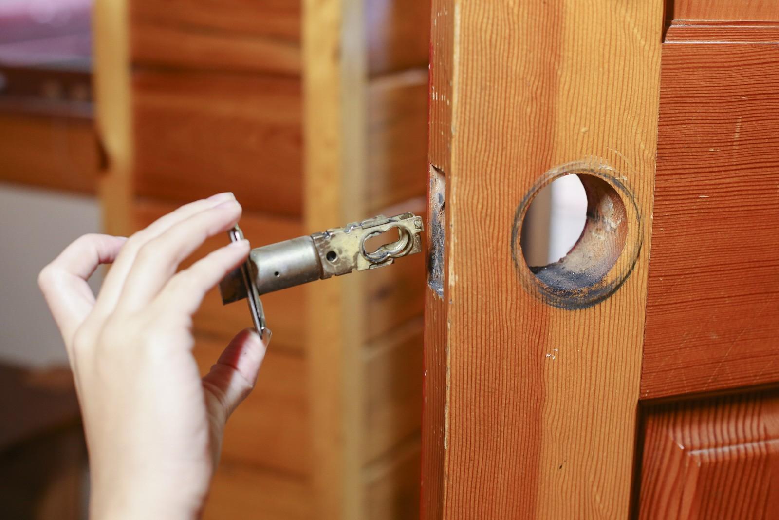 How to Open Locked Bedroom Door 2